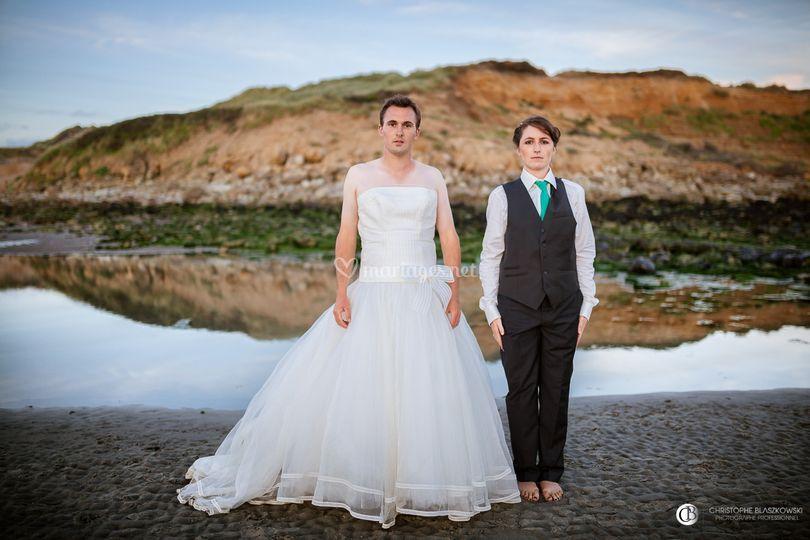 Mariés échangeant de costumes