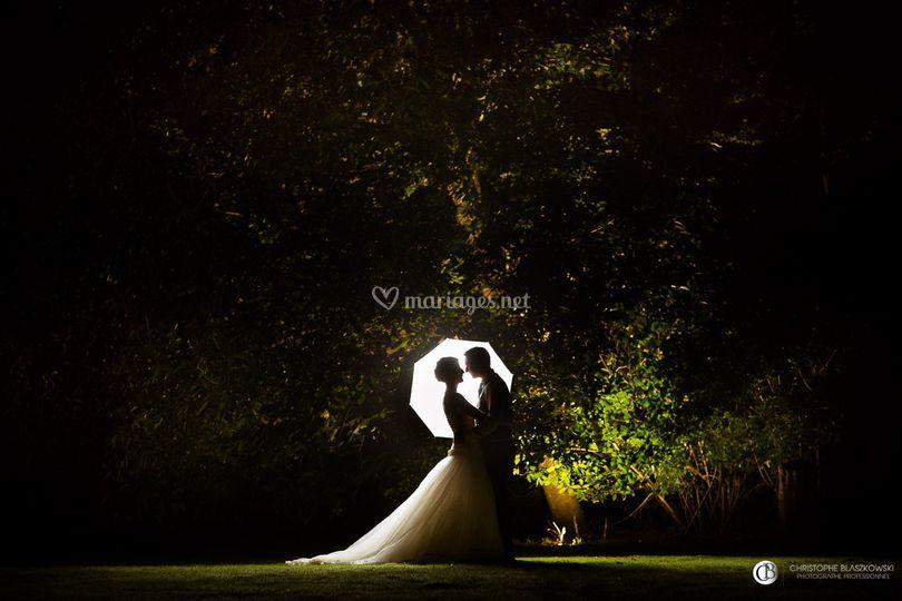 Mariés sous un arbre