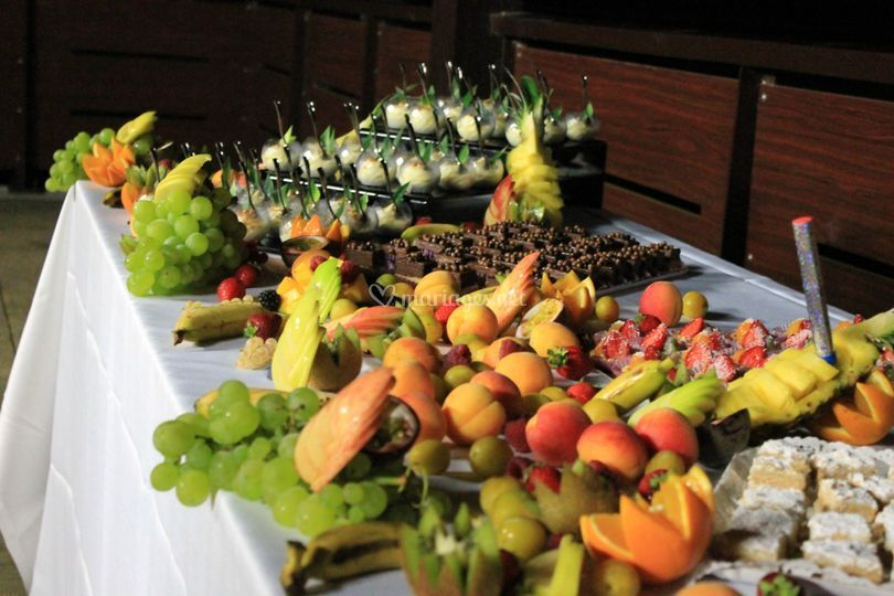 Buffet de fruits et desserts