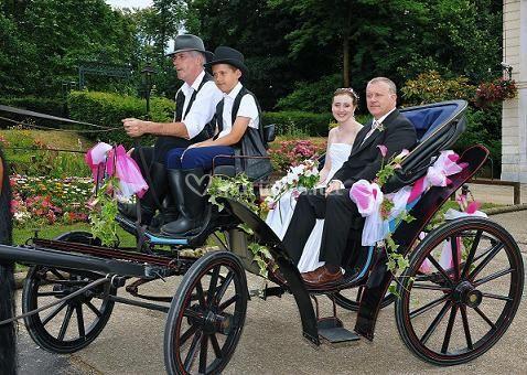 Mariés dans calèche Victoria