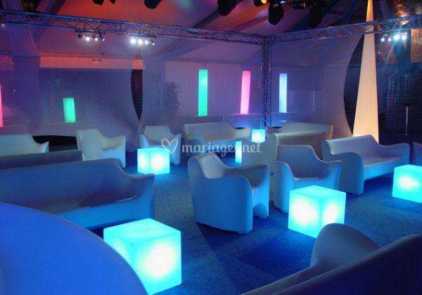 Cubes lumineux servant de table