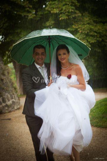 Photo de couple sous la pluie