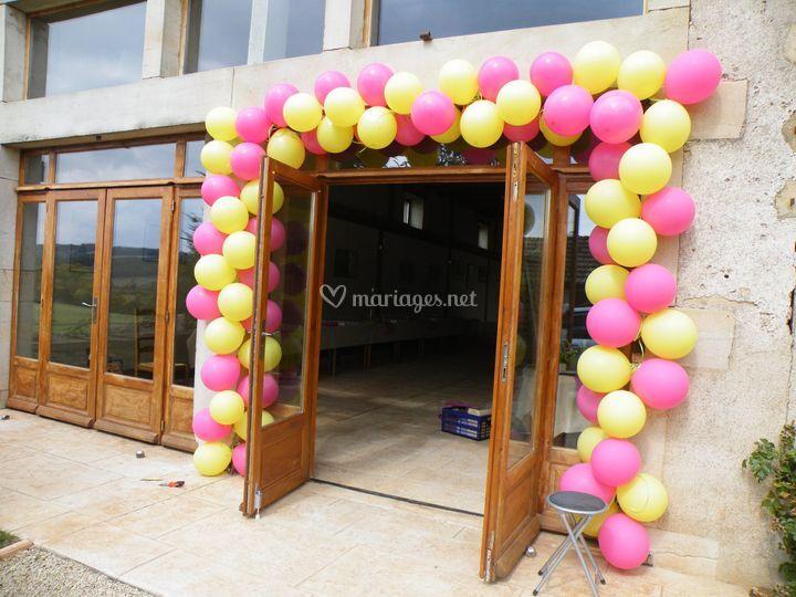 Installation d'une arche de ballons