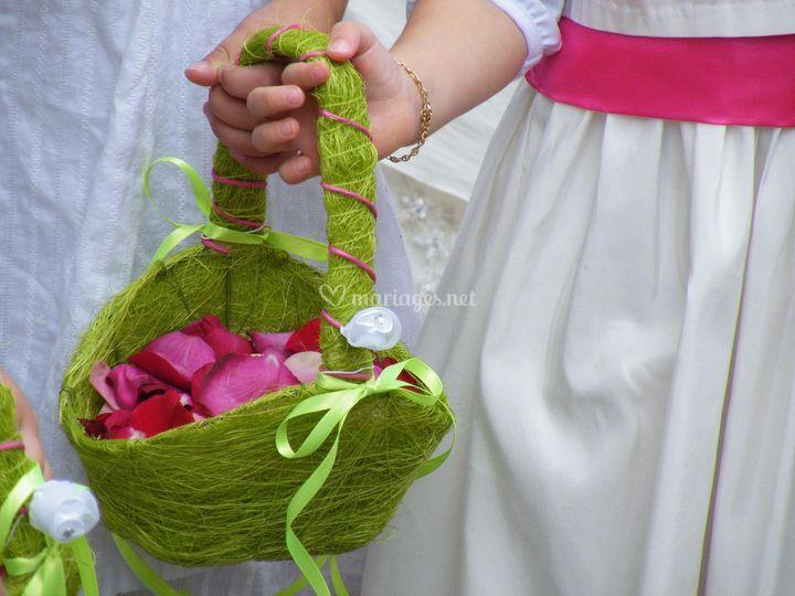 Petit panier et pétales de roses naturelles