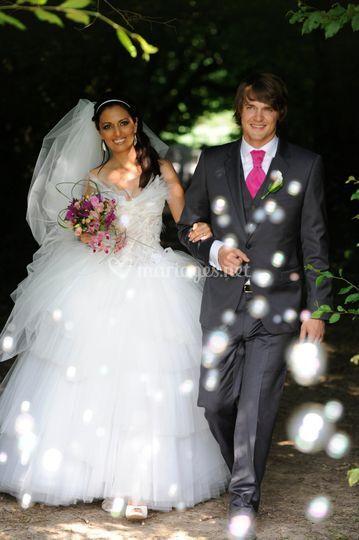 Mariés derrière les bulles