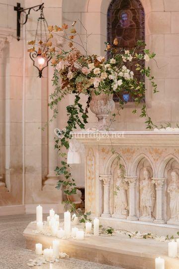Fleurs et bougies à l'Eglise