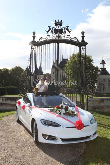 Tesla avec les nouveaux mariés