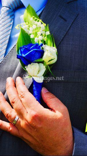 Boutonniere rose bleue