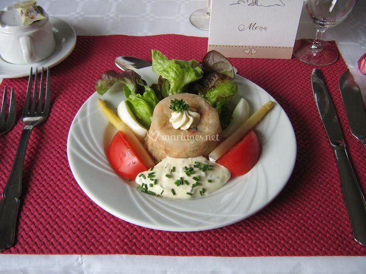 Gourmandise de tourteau aux asperges et aux crevettes sur une salade au velouté de ciboulette accompagnée de tomates et d'œufs