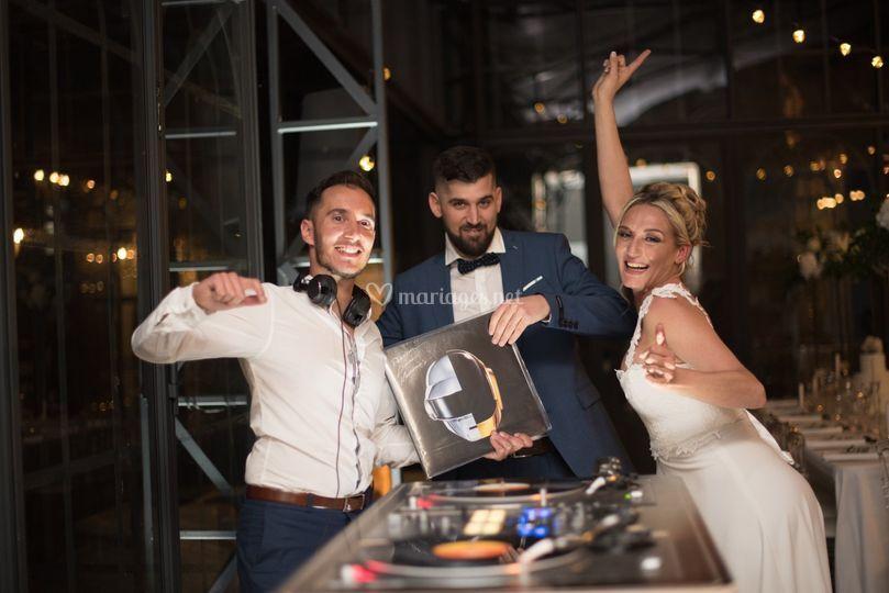 Bar à vinyles avec les mariés