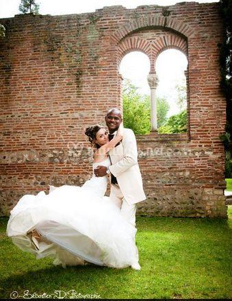 La mariée et le marié dans le jardin