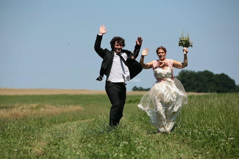 Les mariés dans le pré