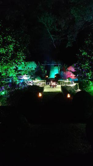 Jardin galant éclairé la nuit