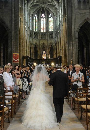 La mariée entre dans l'église
