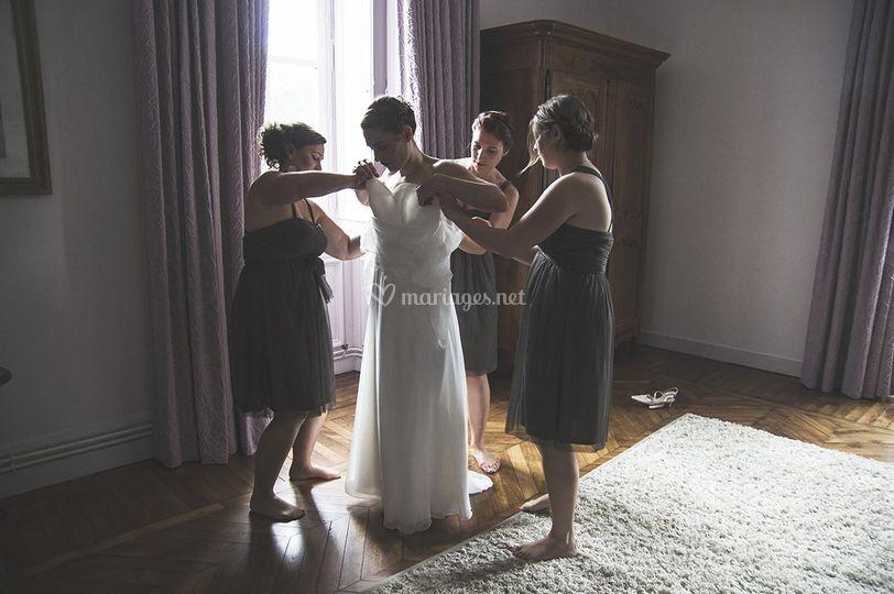 Les témoins aident la mariée