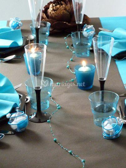 Table turquoise et chocolat