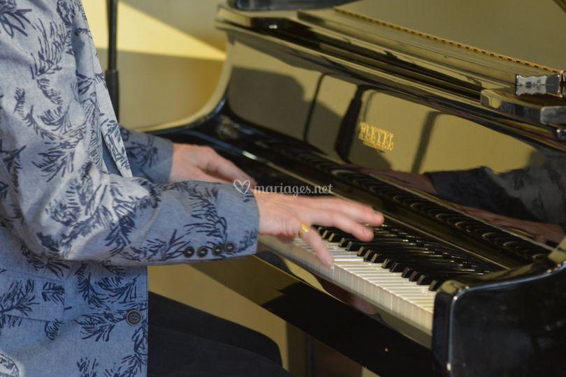 Felipe, piano et chant