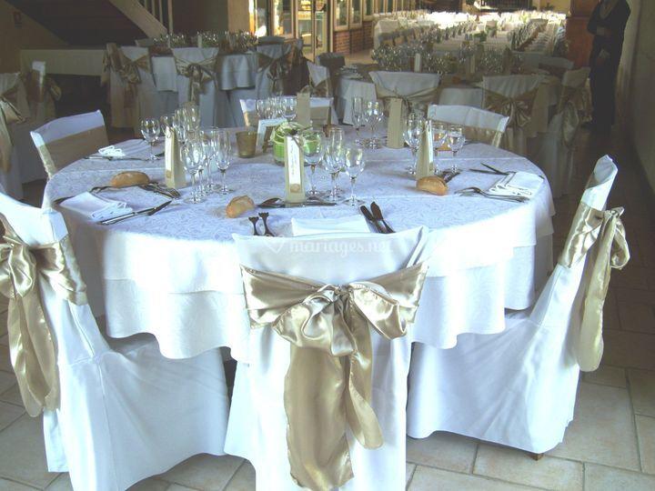 Table avec housses de chaises et noeuds en satin
