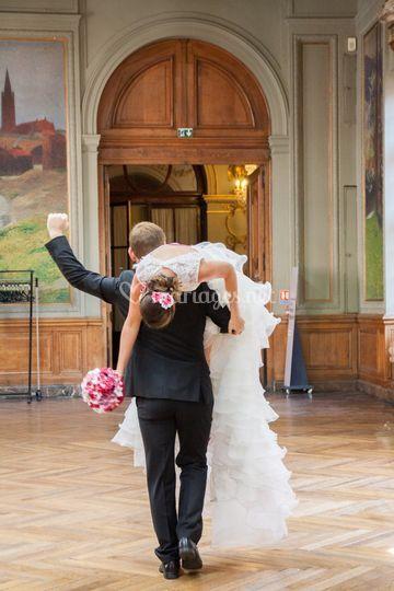 Le marié porte la mariée