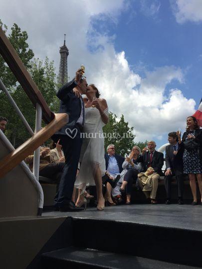 Les mariés au pied de la tour