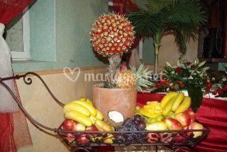 Corbeille de fruits avec arbre de fraises