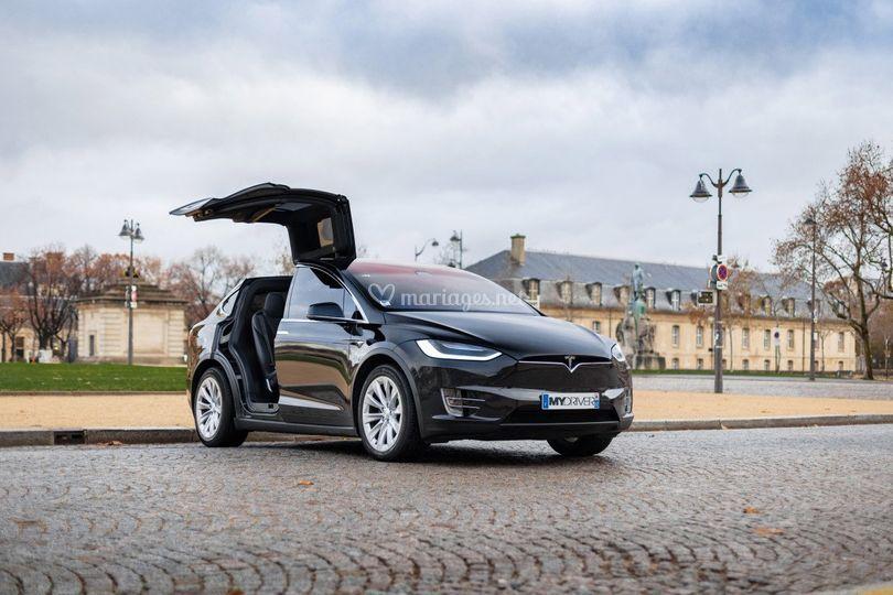 Tesla X de côté
