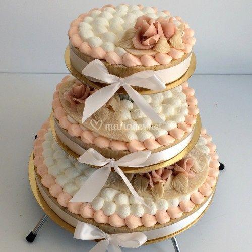 Gâteau à étages rose pâle