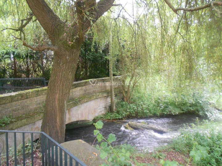 La rivière et son pont ancien