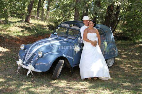 Les mariés et la voiture rétro