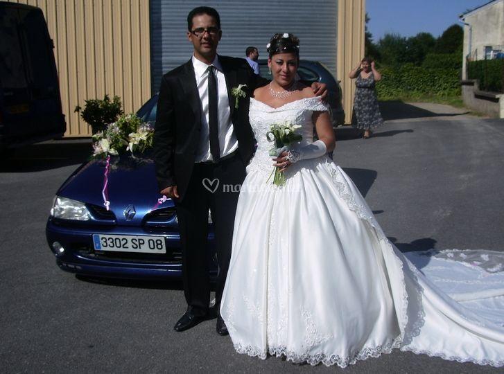 Les mariés devant la voiture