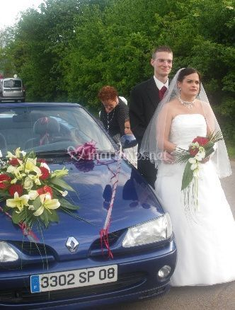 La voiture de mariage et les mariés