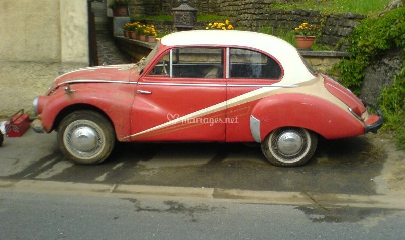 Voiture ancienne rouge
