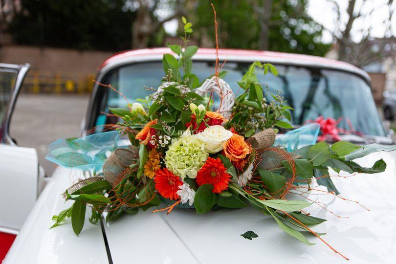 Des fleurs sur la voiture