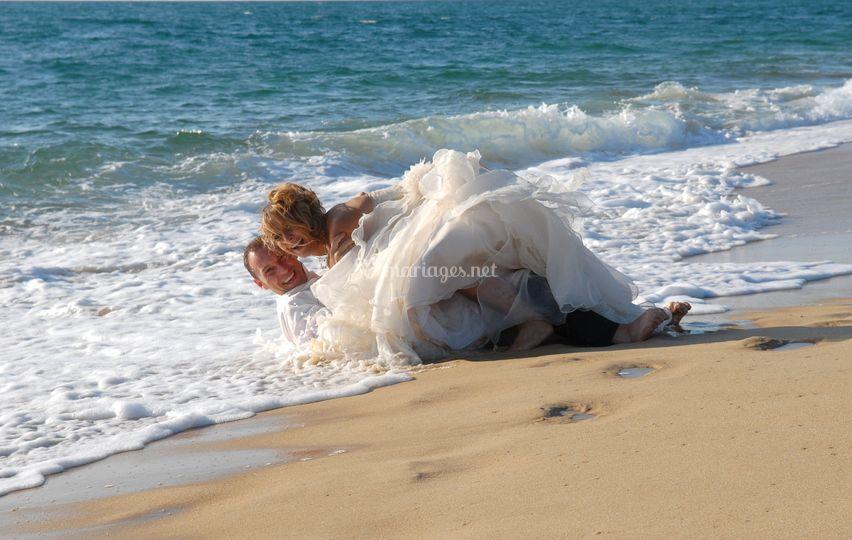 A la plage, les mariés
