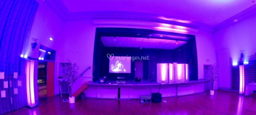Scène, écran géant, totems