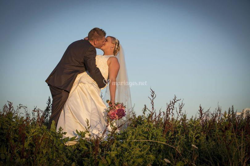 Les mariés en plein champs