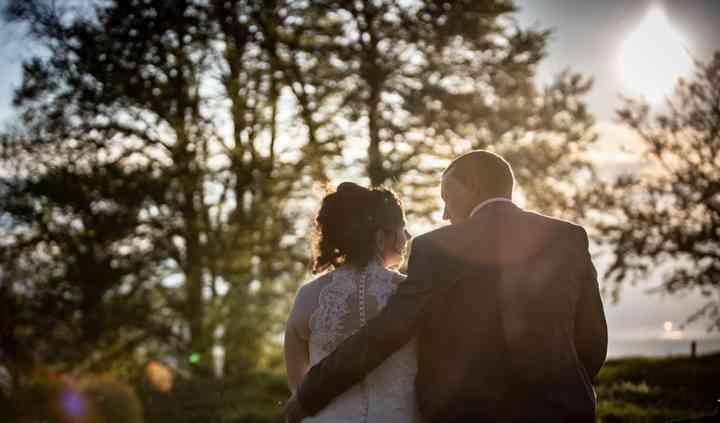 Lumière du soir sur les mariés