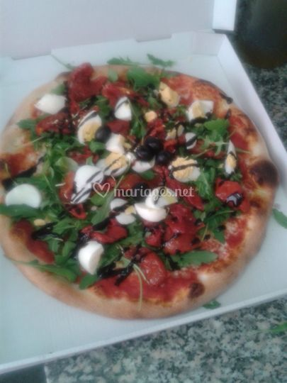 Une pizza salade roquette