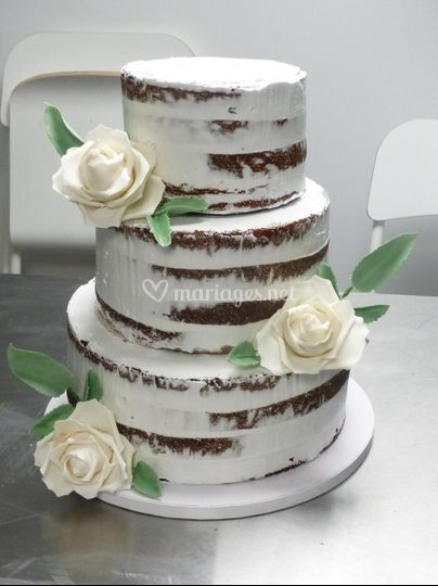 Nacked cake roses blanches