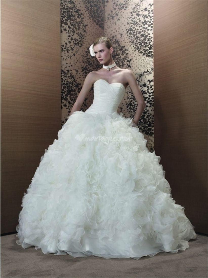 76f0af0166adf Aire Barcelona a conçu une robe harmonieuse avec bustier fendu, large  ceinture et jupe bouffante terminée en dentelle dans laquelle la mariée a  tout l air ...