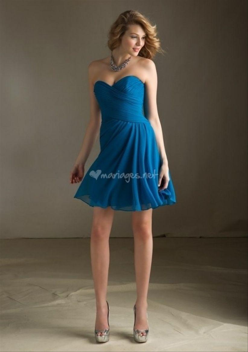 Le modèle rétro,chic de Sonia Peña, une robe toute ornée de volants bleu  électrique avec un décolleté rond incrusté de perles et décoré d\u0027une jolie  fleur.
