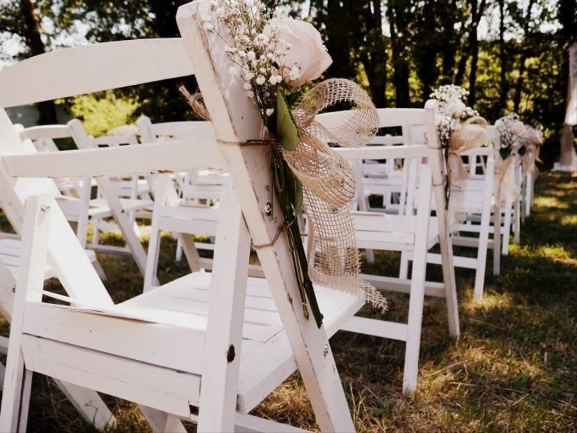 d coration de c r monie 20 id es pour habiller les chaises de vos invit s. Black Bedroom Furniture Sets. Home Design Ideas