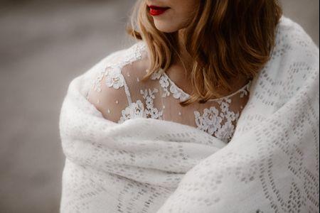 Accessoire mariée : un châle pour se couvrir de romantisme en toute saison