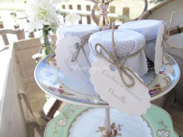 Offrir des pots de confiture aux invités du mariage