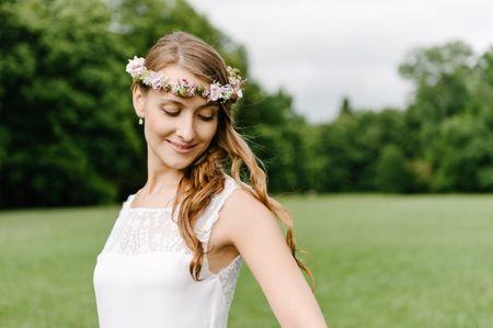 Des fleurs fraîches pour la coiffure du mariage