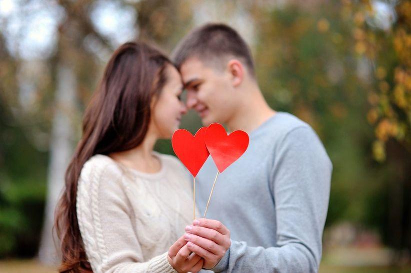 pareja-novios-corazon-bosque-amorshutter