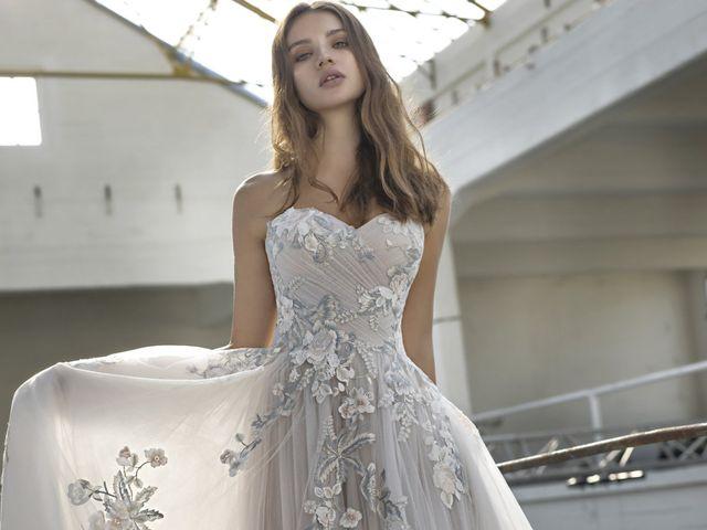 Une robe de mariée grise ? Oui, la couleur chic pour se démarquer !