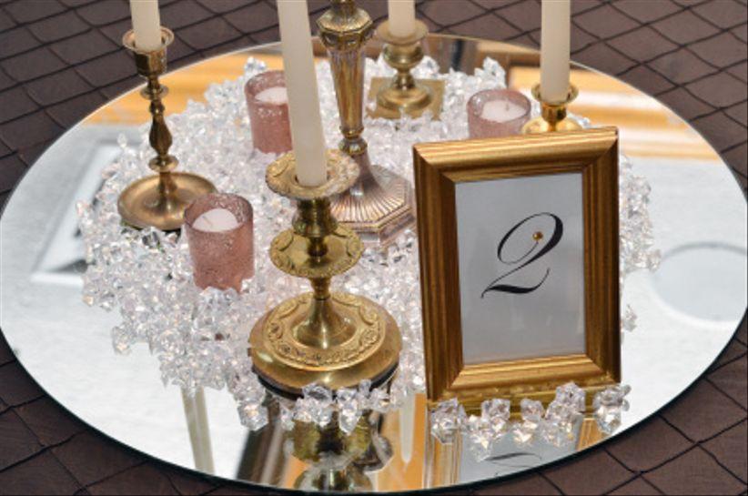 Ideas para centros de mesa sin flores for Espejos altos decoracion