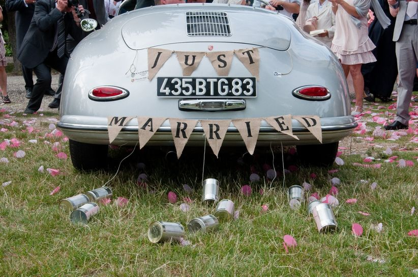 la tradition des bo u00eetes de conserve pour la voiture des mari u00e9s