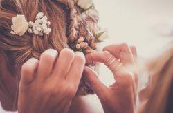 Comment faire pour que votre coiffure tienne tout le mariage